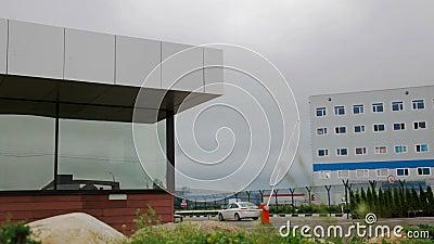 Die schützende Sperre und das Sicherheitsbüro am Eingang zum BüroParkplatz stock video