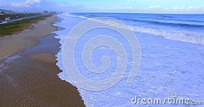 Die Seewelle Bewegung der Kamera ?ber den Wellen Welle kommt nah an dem Ufer stock video