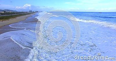 Die Seewelle Bewegung der Kamera ?ber den Wellen Welle kommt nah an dem Ufer stock footage
