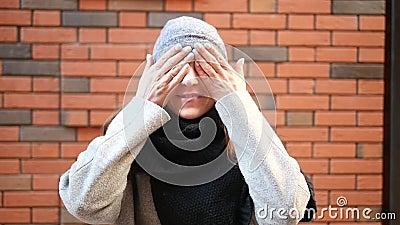 Die Sprache von Zeichen Das Mädchen schließt ihre Augen Er möchte nicht sehen Er schließt seine Ohren Er möchte nicht hören stock footage
