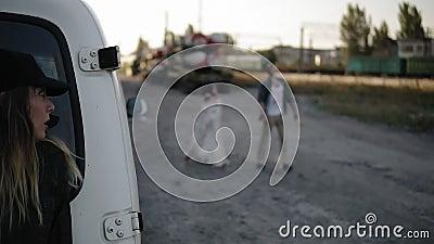 Die Szene des erschrockenen Mädchens läuft weg von dem Zombie, versteckt sich, hinter dem weißen Packwagen dann weg gelassen lauf stock video