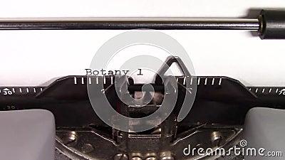 Die Wörter 'Botanik ', die auf einer Schreibmaschine geschrieben wird stock video