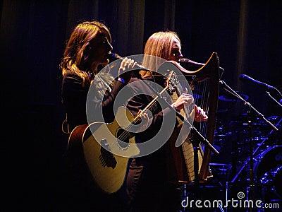 Die Webb Schwestern (Charlie u. Hattie Webb) Redaktionelles Foto