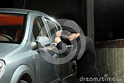 Dieb, der versucht, ein Automobil zu stehlen