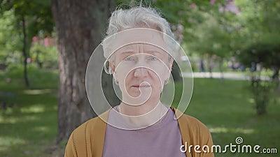 Diff?rentes ?motions de dame ?g?e avec les cheveux gris en beau parc Grand-m?re m?re adorable se reposant sur un ensoleill? banque de vidéos