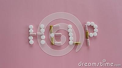 Diff?rentes pilules de m?dicament dans la forme de mot d'AIDE sur le fond rose Soins de sant?, concept m?dical banque de vidéos