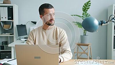 Digitação de um empresário sério usando computador laptop em casa no escritório filme