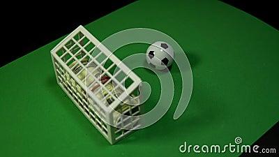 Dinero y deportes del concepto, apostando a fútbol almacen de video