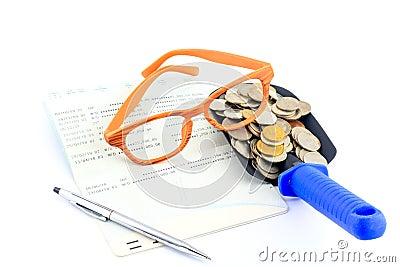Dinheiro da economia e caderneta bancária de conta