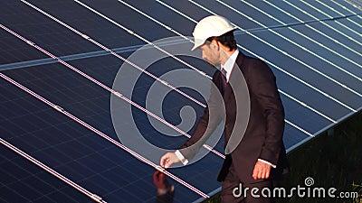 Directeur de station à énergie solaire vérifiant des clampings des panneaux solaires clips vidéos