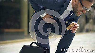 Director que sufre del calambre de estómago súbito, efecto malsano de la nutrición, úlcera almacen de video