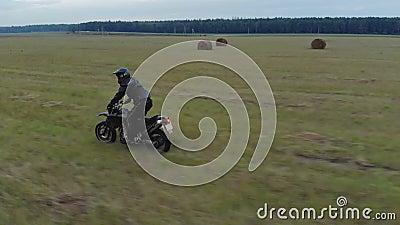 Dirigindo uma motocicleta em terreno acidentado video estoque