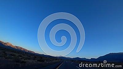 Dirigir nas estradas planas da América à noite Estrada quase vazia No horizonte da montanha video estoque