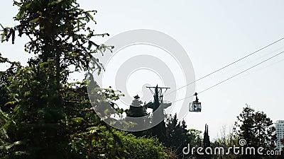 Discesa dei turisti su una piccola cabina di funivia nelle montagne video d archivio