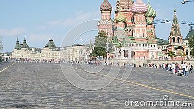 Discesa di Vasilevsky del quadrato rosso con la cattedrale di Pokrovsky a Mosca stock footage