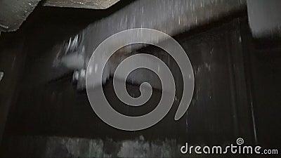 Discesa in una miniera di carbone in una gabbia dell'elevatore stock footage