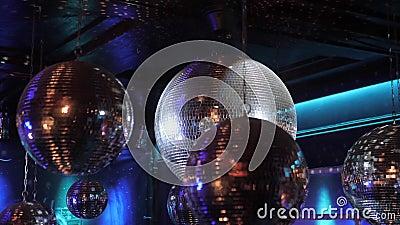 Disco Ball in een nachtclub op het plafond Schuimers met licht stock video