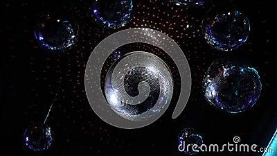 Disco Ball in einer Diskothek an der Decke Glühbirnen stock video