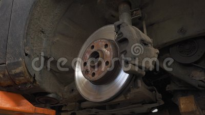 Disco de freio do carro no elevador vídeos de arquivo