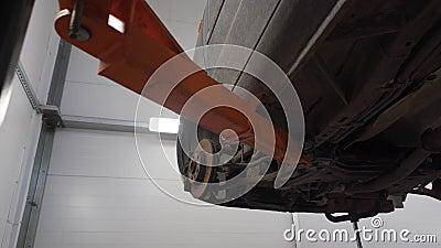 Disco de freio do carro no elevador video estoque