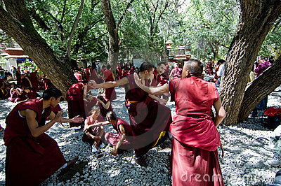 Discusión de los monjes Fotografía editorial