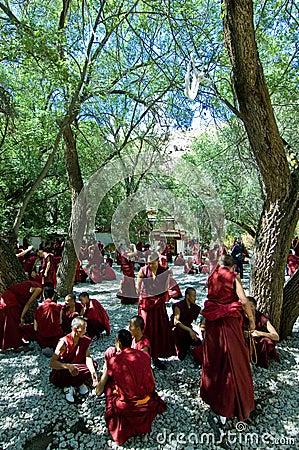 Discusión de monjes Foto de archivo editorial