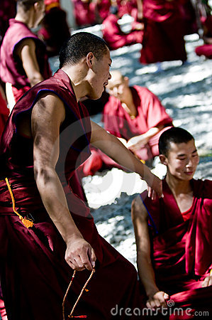Discusión de monjes Foto editorial