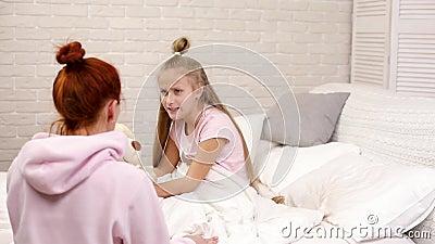 Discuss?es da mam? com filha da crian?a video estoque