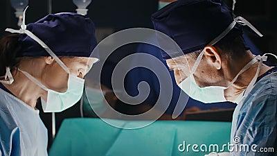 Discussion de deux chirurgiens pendant l'opération sérieuse banque de vidéos