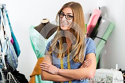 Diseñador de moda o sastre que trabaja en estudio