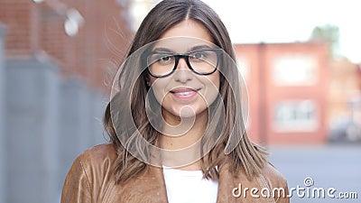 Diseñador de sexo femenino acertado sonriente, retrato fuera de la oficina del desván metrajes