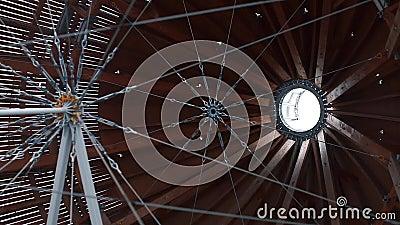 Diseño de ingeniería, cables metálicos estirados en el centro metrajes