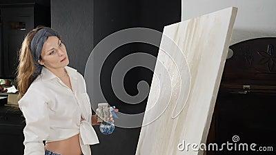 Disegno di artista donna con pennello al rallentatore Pennello da imbianchimento per giovani donne Artista che lavora presso stock footage
