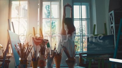 Disegno e pittura per donna con spazzole e tintura ad olio stock footage
