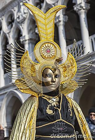 Disfraz veneciano de oro Imagen de archivo editorial