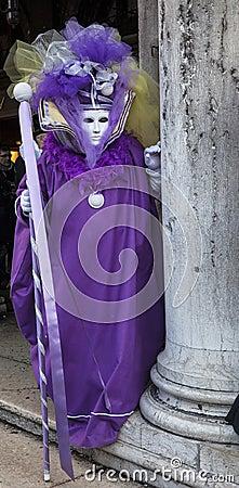 Disfraz veneciano violeta Imagen de archivo editorial