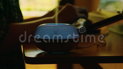Disipador de aceite de aroma ligero azul en la mesa almacen de video