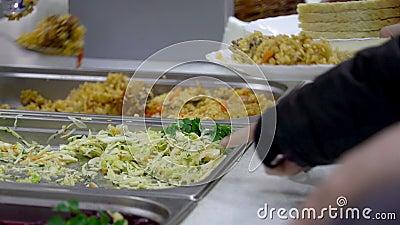 Dispensar do alimento no refeitório vídeos de arquivo