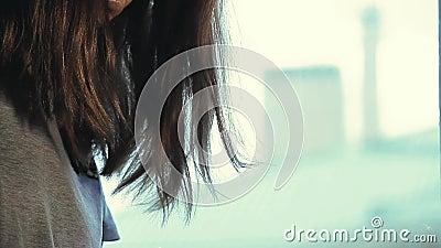 Dispositivo eletr?nico do fumo da jovem mulher video estoque