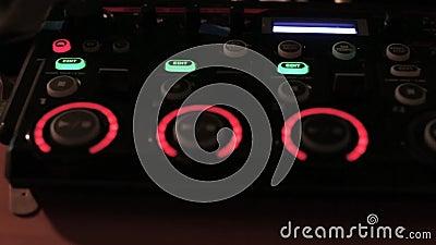 Dispositivo musical electrónico moderno para hacer golpes y muestras del lazo con los botones y botones del centelleo en el club  almacen de video