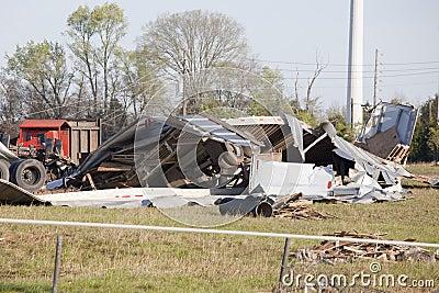 De tornado vernietigt grote vrachtwagens