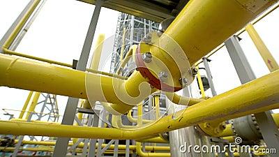Distribuzione della fabbrica e trattamento industriale del gas naturale Molte condutture e valvole video d archivio