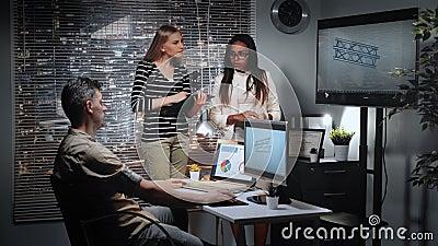 Divers team van ingenieurs die met 3D ontwerper het model van het dragen van brugcomponent bespreken in bureau stock videobeelden