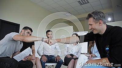 Diverse mensen die in een cirkel zitten, verspreiden handen tijdens groepstherapie zitting, teamtraining samen voor samenwerking  stock footage