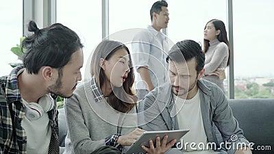 A diversidade criativa multi-étnico da equipe de jovens agrupa a equipe que guarda copos de café e que discute o encontro das ide video estoque
