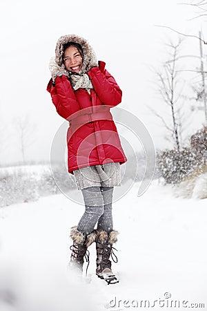 Diversión de la mujer de la nieve del invierno