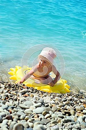 Diversión de la niña en piscina