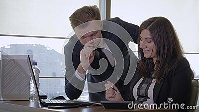 Divertimento creativo di And Businesswoman Have del responsabile che parla nell'ufficio video d archivio
