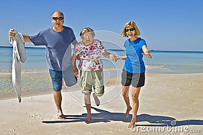 Divertimento della famiglia sulla spiaggia immagini stock for Disegni della casa sulla spiaggia