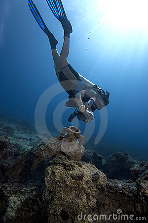 Free Diving : Underwater Photographer & Ancient Amphora Royalty Free Stock Photography - 12176457
